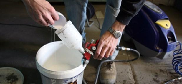 filling the spray paint gun