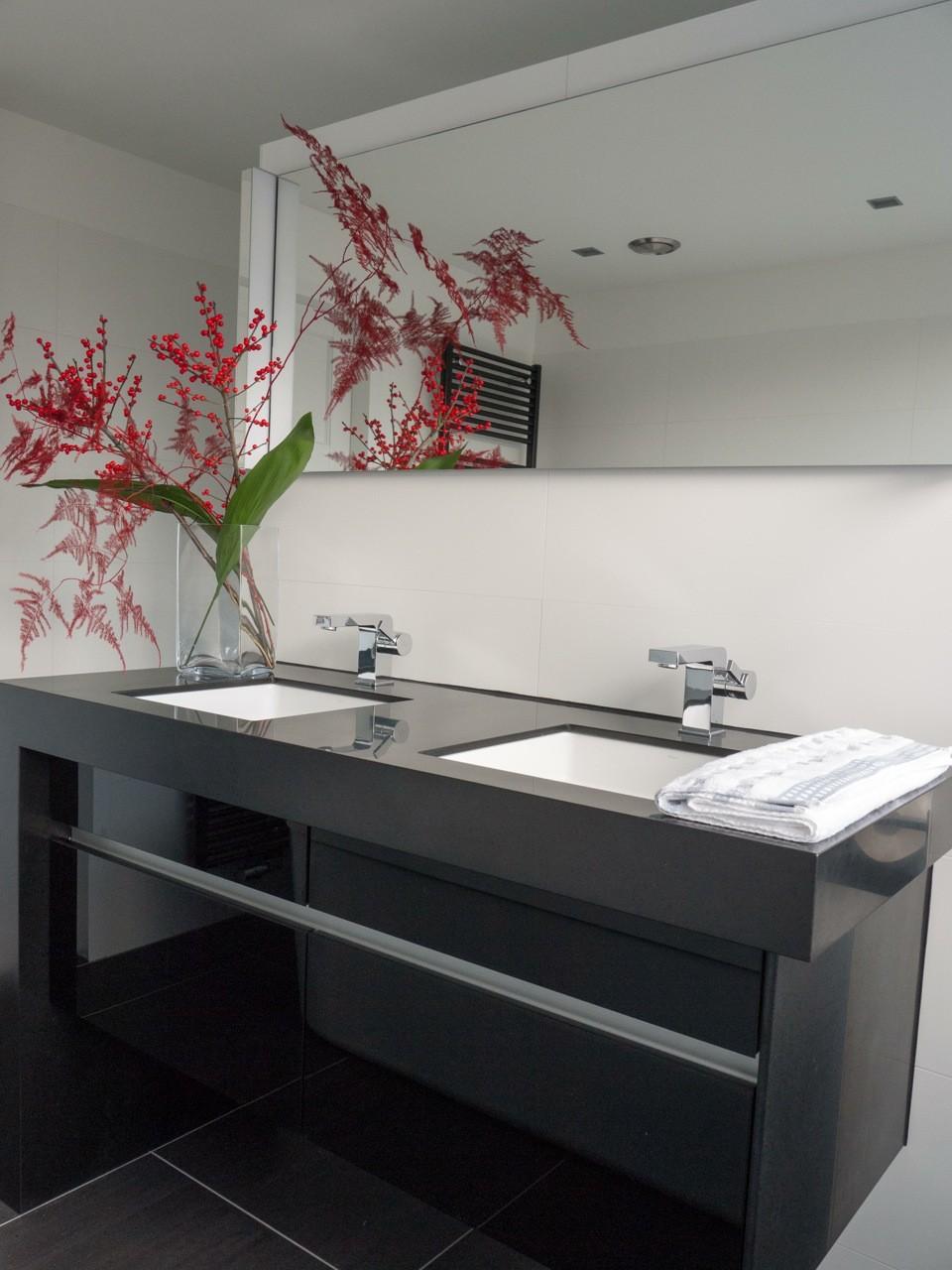 Badmeubel modern glazen fronten door GrootS Interieur