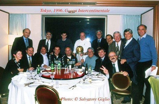 Graziano Galletti, il terzo in piedi da destra, alla cena per la vittoria nella Coppa Intercontinentale (immagine tratta dal profilo Twitter di Luciano Moggi)