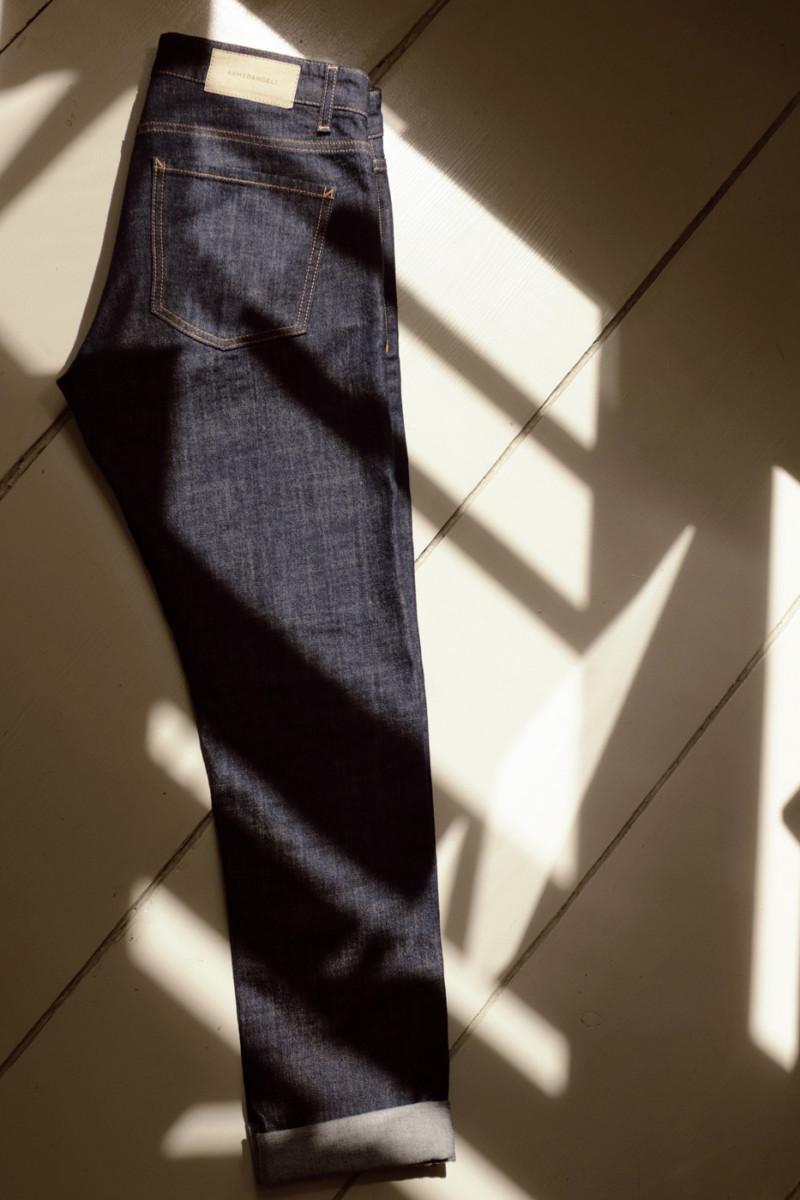Home Story | ARMEDANGELS | Denim DYLAN | Vor dem Plattenschrank von René Zieger | Foto: Hilde Porch | GROSS∆RTIG