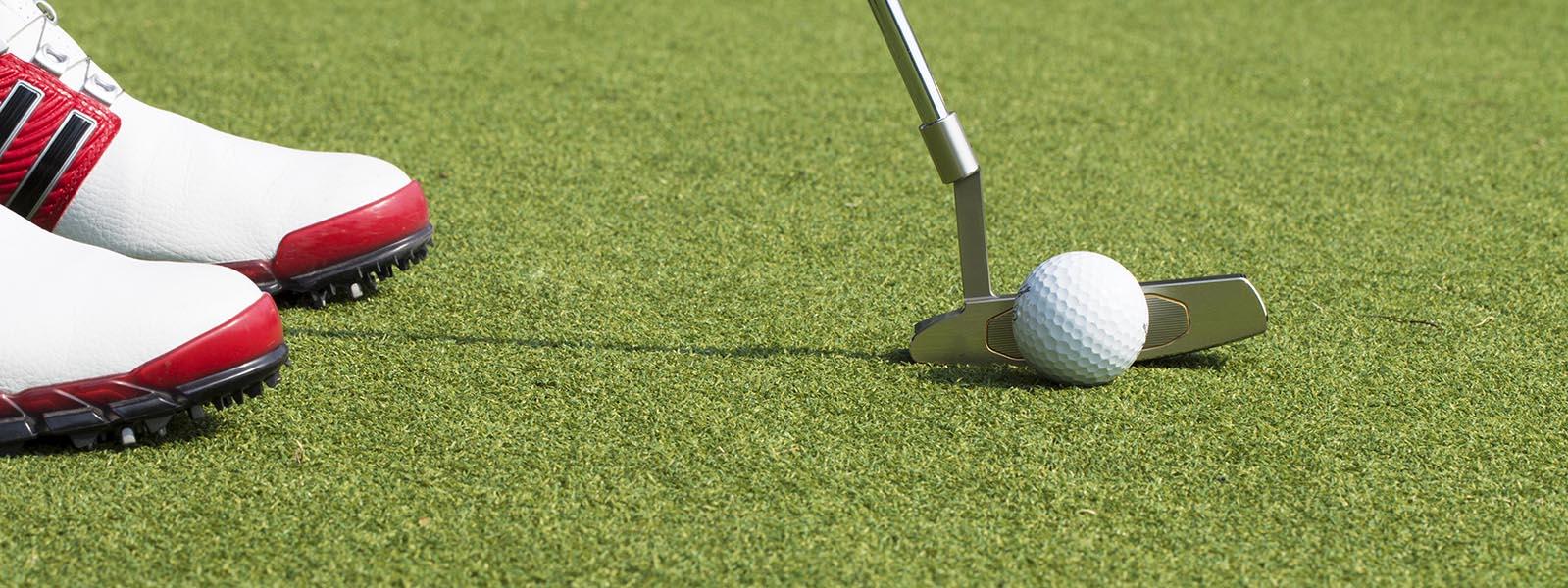 Pieds de golfeur sur green de golf