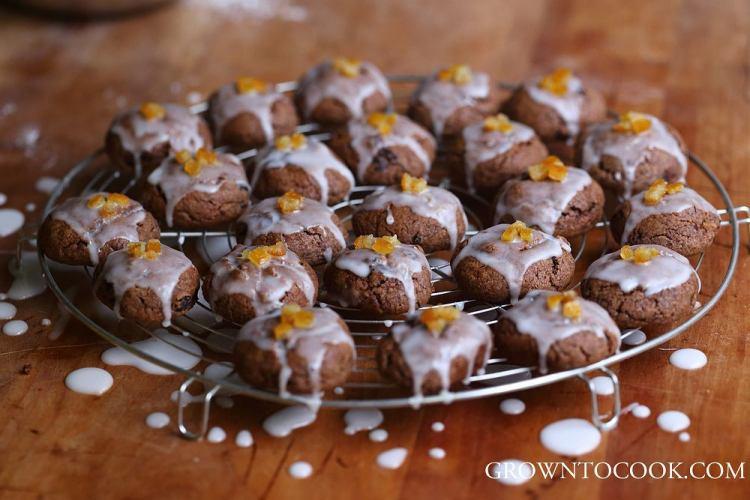 Cristmas spice cookies with lemon glaze