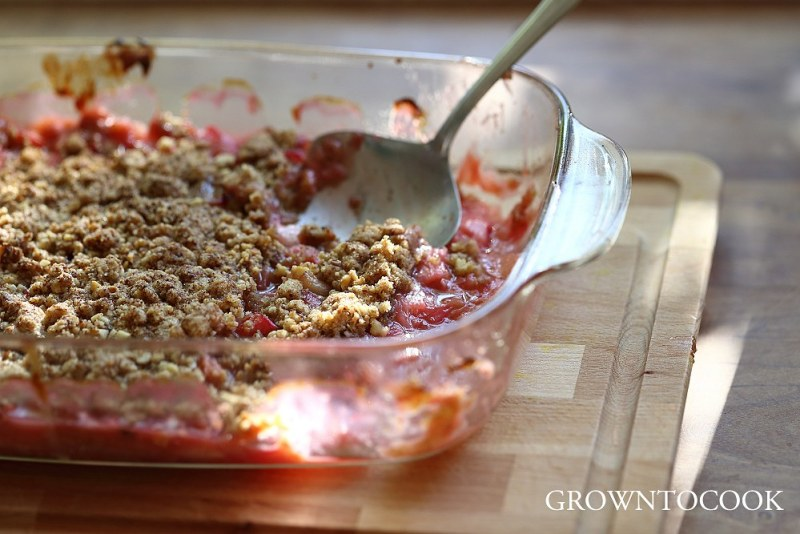 rhubarb walnut crumble