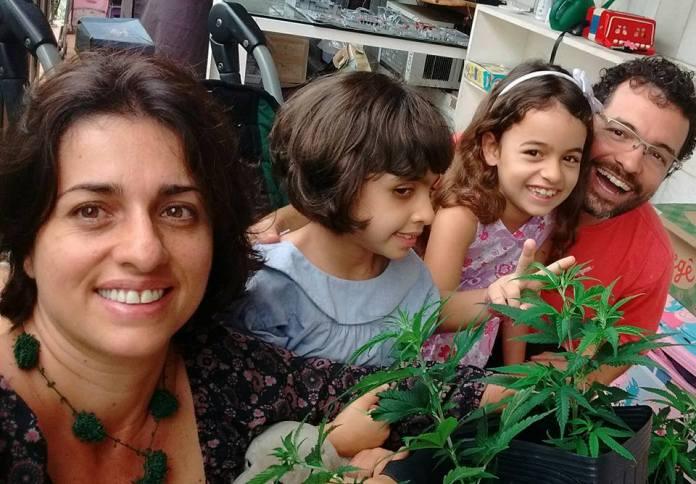 Familia comemora salvo conduto para cultivo de maconha para fins medicinais.