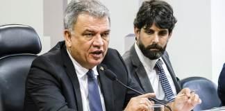 O Senador Sérgio Petecão (PSD-AC) ao lado do Dr. Emílio Figueiredo, durante audiência da CDH sobre descriminalização do cultivo da cannabis para uso próprio, em Brasília - 26/10/2017
