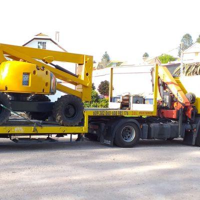 Grúa rescate transportando maquina