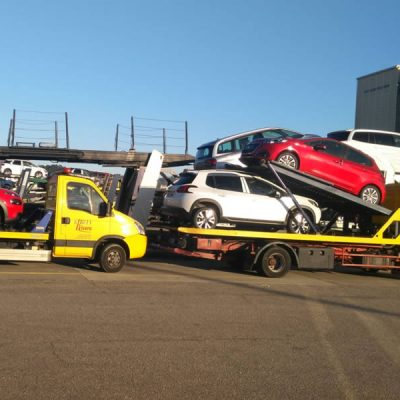 Grúa transportando varios coches