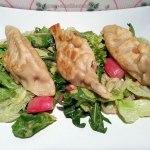 Vegane Kartoffel-Piroggen mit Sauerkraut auf Salat