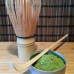 Matcha-Set: Der Matche wird mit dem Bambuslöffel abgemessen, mit heißem Wasser übergossen und mit dem Bambusbesen verrürt. Fertig ist der Matcha-Tee