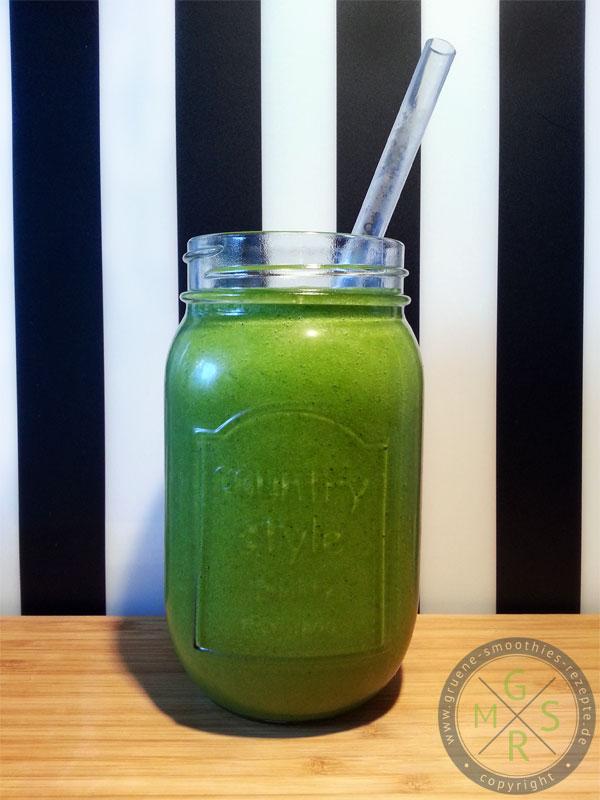 Grüner Smoothie mit Mango, Ananas, Feldsalat und Petersilie