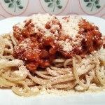 Vegane Kürbis-Bolognese mit Cashew Parmesan und Vollkorn Spaghetti