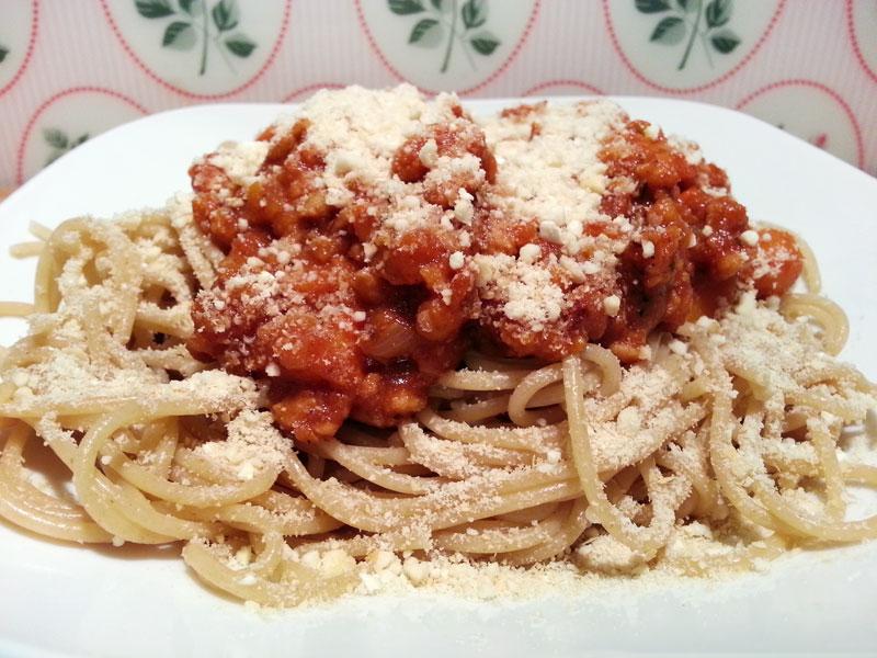 Vegane Kürbis-Bolognese mit Cashew-Parmesan und Vollkorn Spaghetti a la Mrs. Smoothies