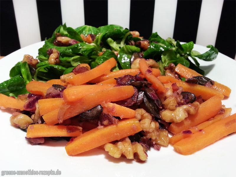 Feldsalat mit einem lauwarmen Möhren-Nuss-Dattel-Topping