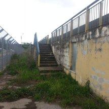 campo sportivo degrado tribuna