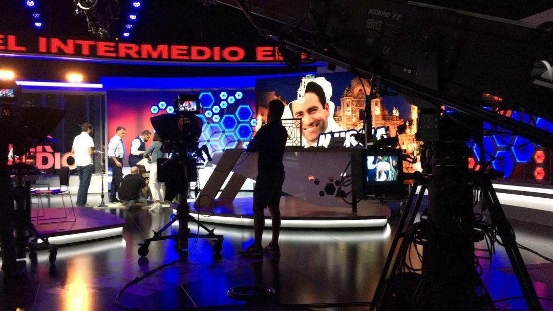 Personal de producción realizando las últimas tareas y pruebas de cámara en el nuevo Plató de El Intermedio