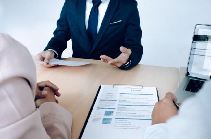 situacion-empresarial-concepto-entrevista-trabajo-buscador-empleo-presenta-curriculum-vitae-gerentes_1421-78