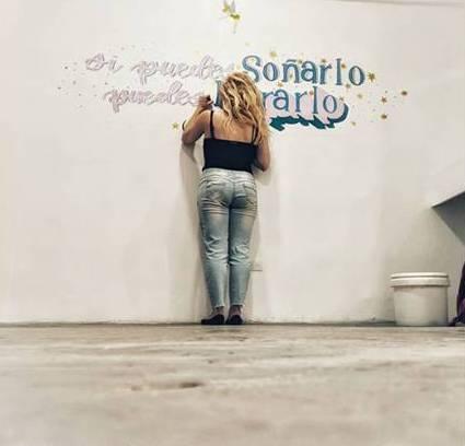 Dibujando letras a mano sobre murales