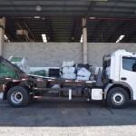 Caminhão com sistema roll-on / roll-off