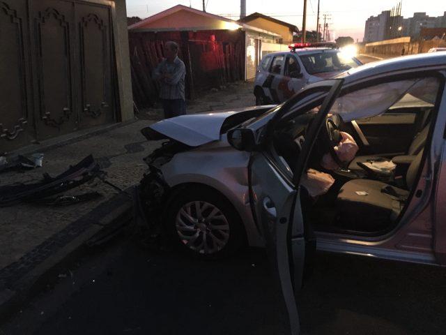 Veículo colide em muro de resistência no Santana
