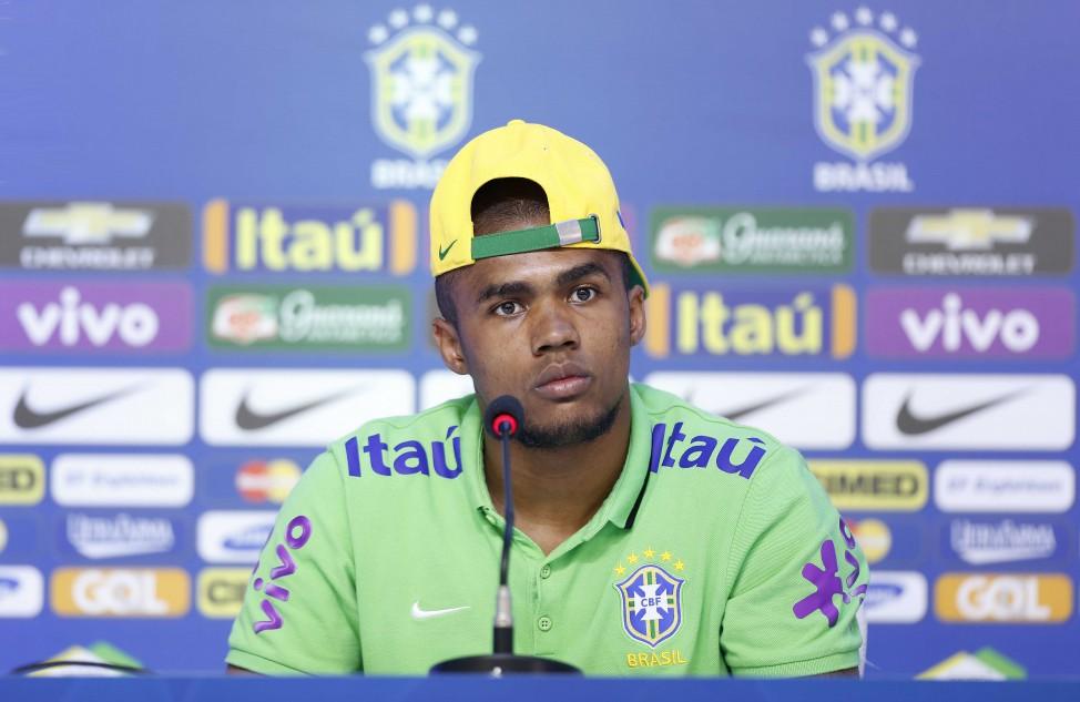 Lesionado, Douglas Costa deve se recuperar para a Copa, diz Lasmar