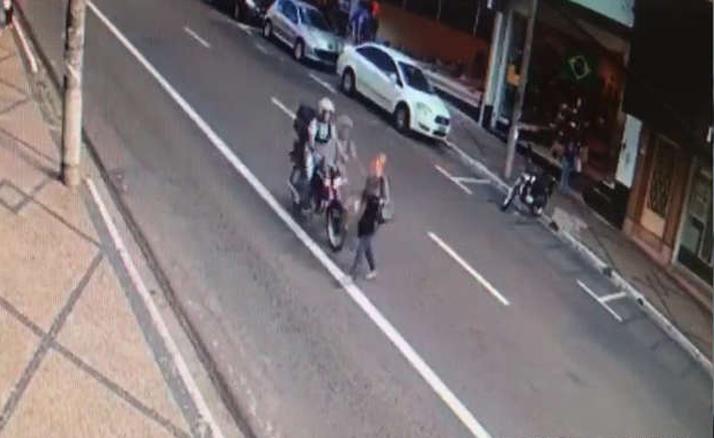 Vídeo mostra atropelamento de idosa e fuga de motociclista em São Carlos