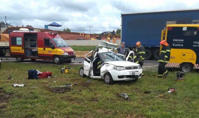Acidente envolvendo carreta e um veículo deixa vítimas presas nas ferragens na Rodovia Anhanguera