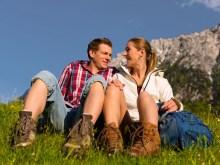 Glückliches Paar beim Wandern in Bergen