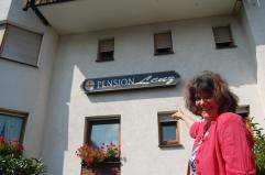 Pension Lenz 026 Frau Lenz mit Firmenschild