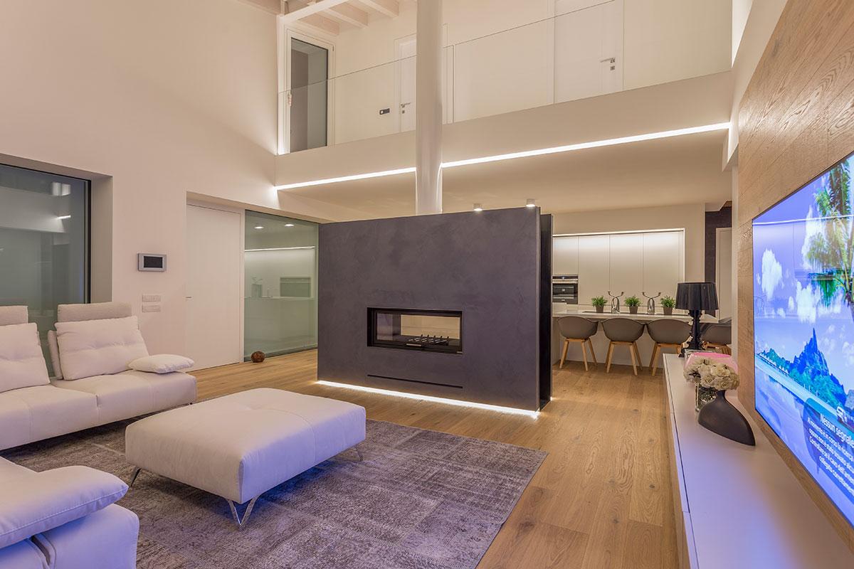 Se il soffitto è molto alto si possono realizzare tutt'e due le soluzioni in modo da dividere ulteriormente i due ambienti. Il Camino Per Separare La Cucina Dal Soggiorno