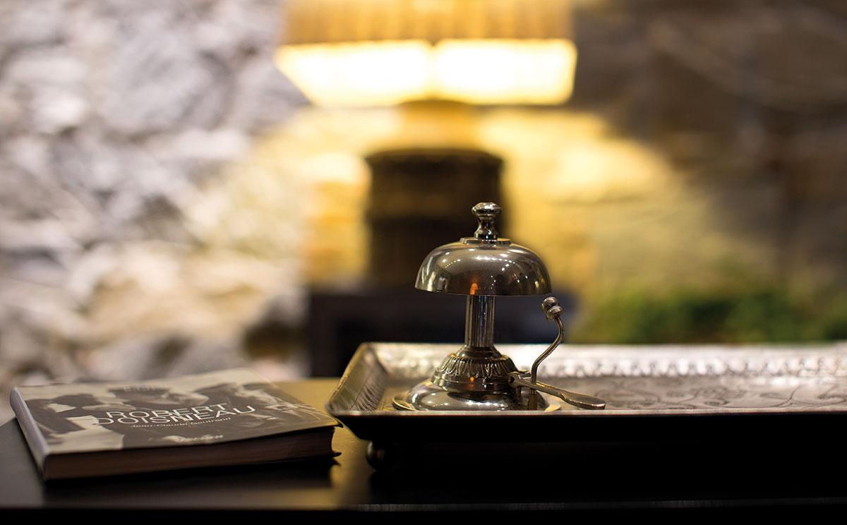 Réalisé sur la structure graphique de la série replay. Hotel Reception Desk In Wood The Key Feature Of The Reception Area