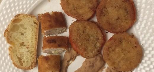 Pesciolini di petto di pollo con contorno di pomodori impanati