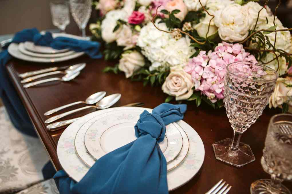 head table wedding flowers by seattle and snohomish wedding florist pollen in love