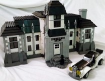 This model was inspired by set 70912, (Arkham Asylum) from the LEGO Batman Movie theme and was built for Lord Sam Sinister, the main bad guy from the Adventurers theme. The stylish car is modified version of set 70911, (Arctic Roller).