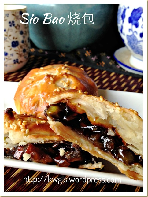 Baked Barbecue Pork Buns or Sio Bao (烧包 / 酥皮叉烧包)