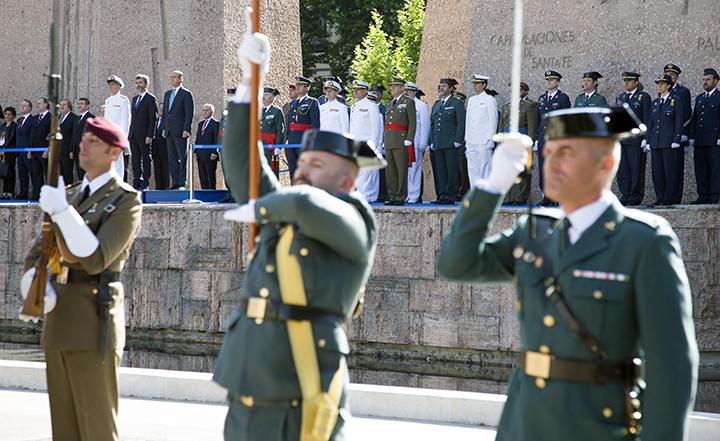 Acto solemne de izado de la Bandera Nacional en la Plaza de Colón de Madrid, organizado por la Guardia Civil