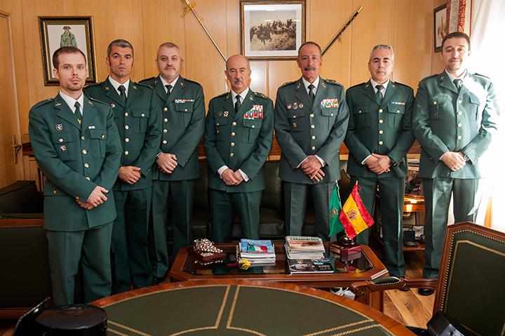 El Director Adjunto Operativo  recibe a los Guardias Civiles condecorados por su labor en la mejora de la Seguridad en Centros Educativos