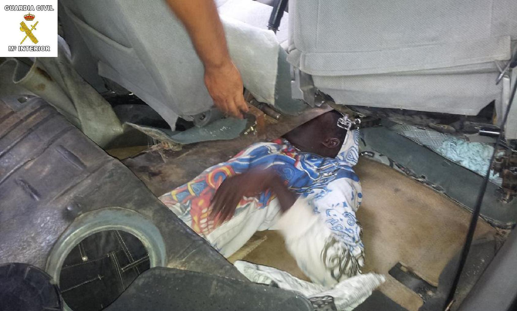 La Guardia Civil intercepta otros dos vehículos que llevaban ocultos en dobles fondos a cuatro inmigrantes