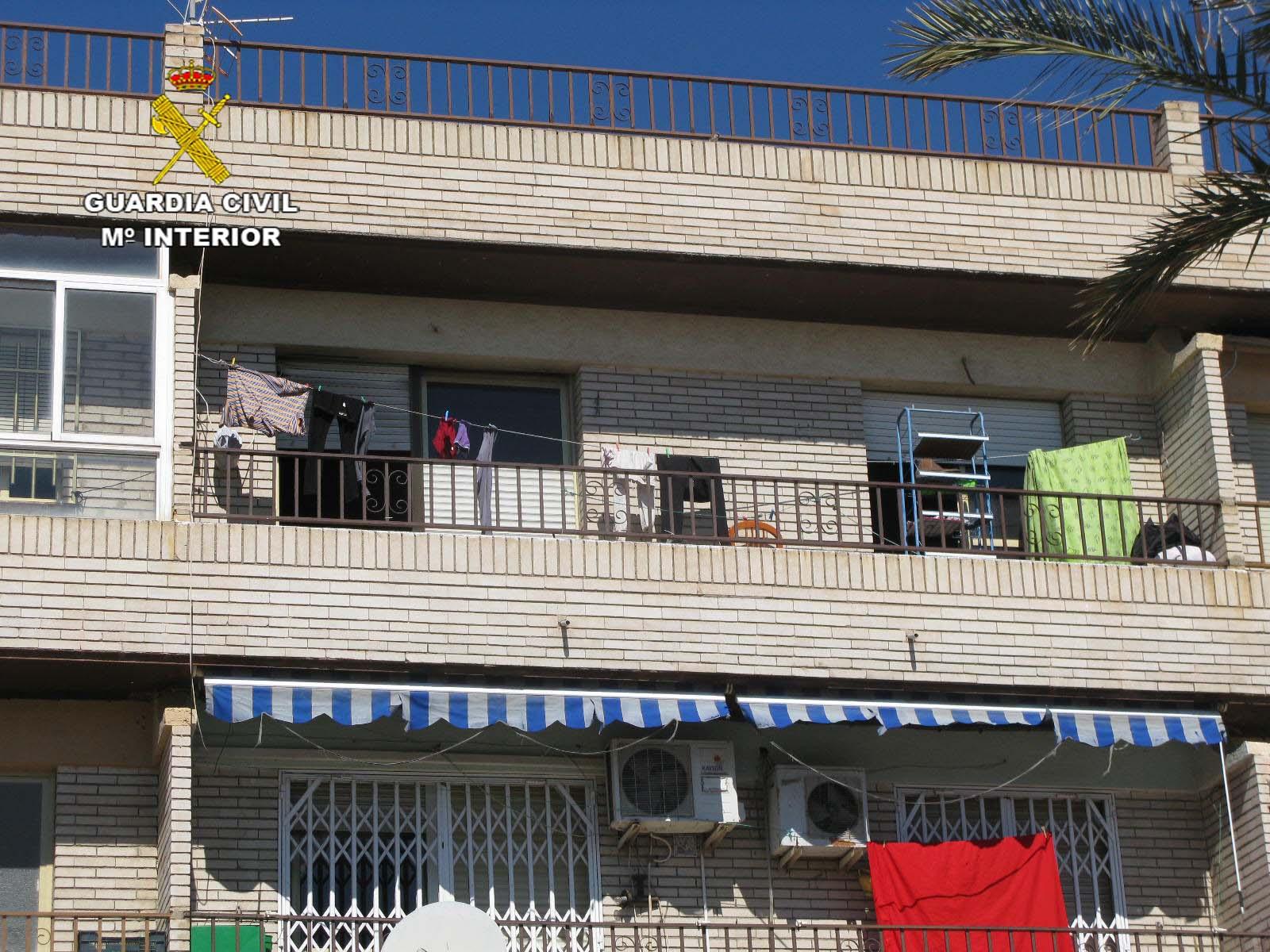 Dos guardias civiles rescatan a una persona en un incendio ocurrido en un bloque de viviendas de Almería