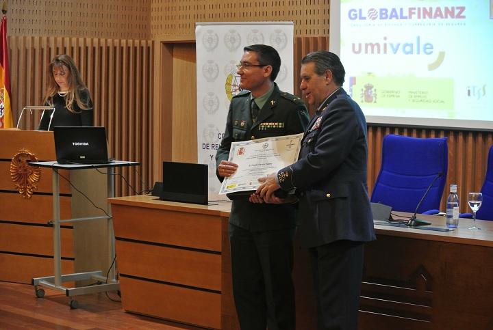 Un Oficial de la Guardia Civil recibe el premio nacional de prevención de riesgos laborales 'PREVER 2014'