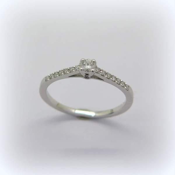 anello solitario in oro bianco diamanti