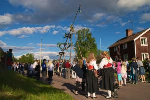 Majstångsresning i Styrsjöbo sommaren 2010