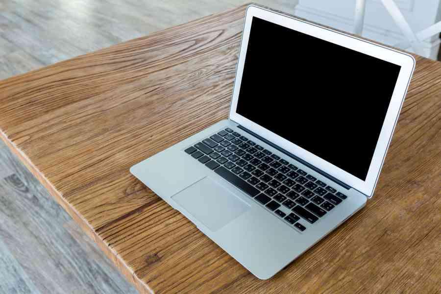 Ultrabook sobre mesa.