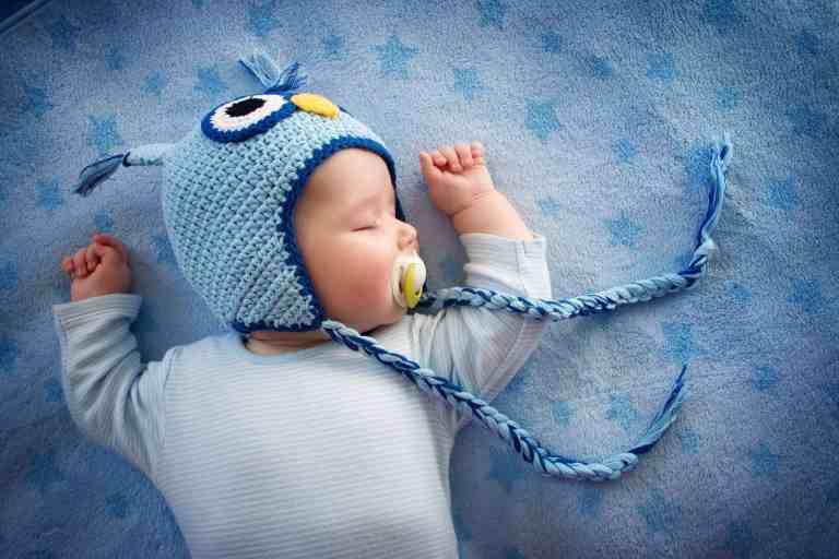 Bebê dormindo com chupeta.