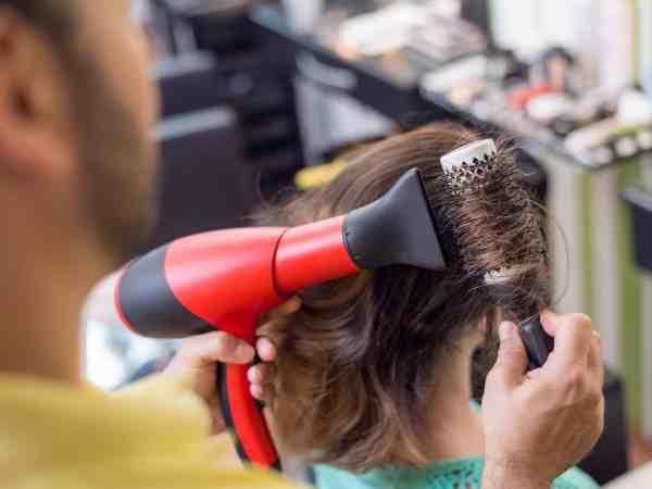 Imagem de secador de cabelo e escova.
