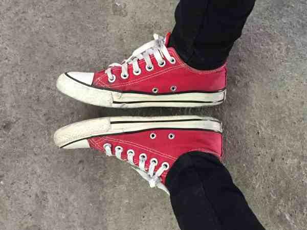 Imagem mostra um par de tênis vermelhos