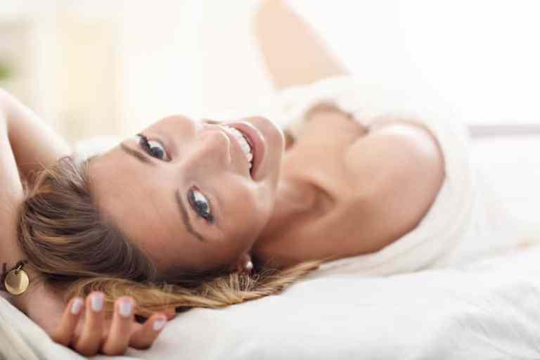 Imagem de mulher em cama.