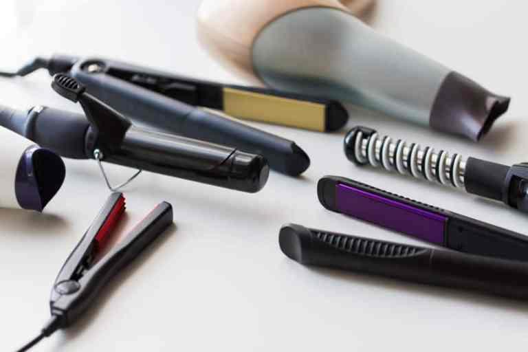 Prancha de cabelo e modelador de cachos com outros objetos.