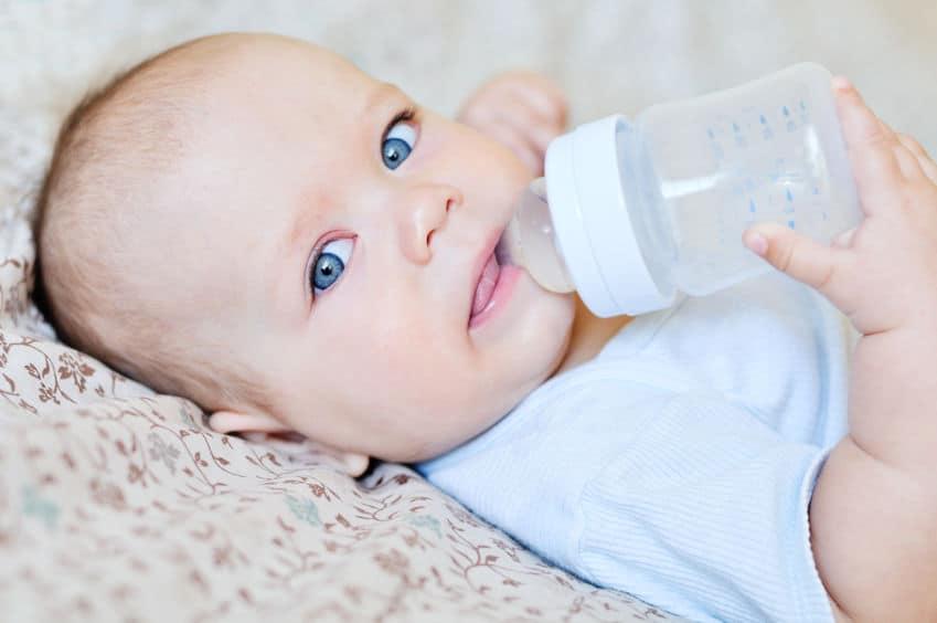 Imagem de bebê mamando com mamadeira.
