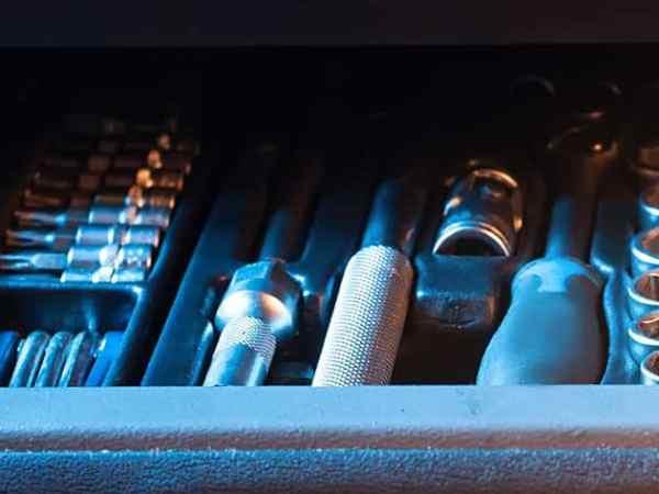 Imagem mostra caixa de ferramentas grande.