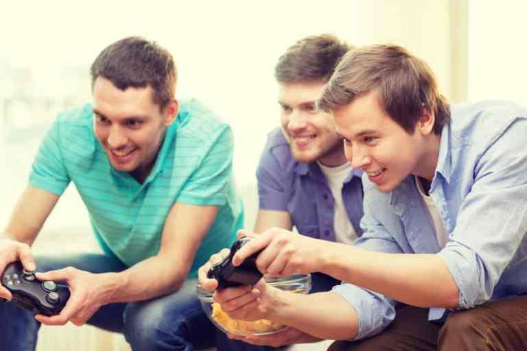 Amigos jogando videogame.